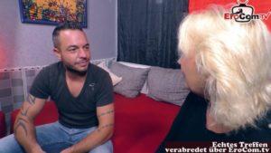 Alte Blondine von jungem Bewerber verführt