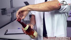 Forscherin macht Solofick mit Dildo im Labor