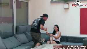 Geile Frau verführt Mann Mirrorman im Lokal