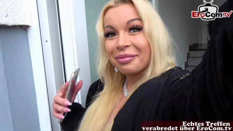 Kleine Titten Blondine in Nylons durch gefickt